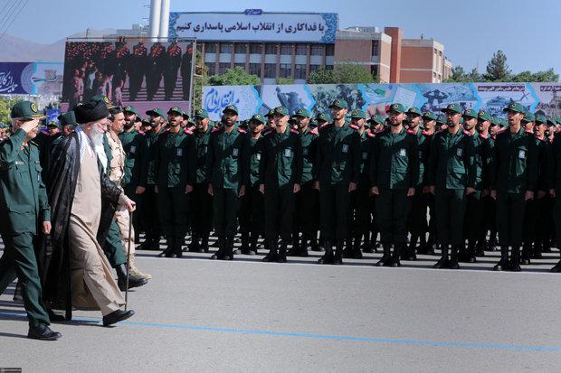 Leader attends graduation ceremony at Imam Hossein University