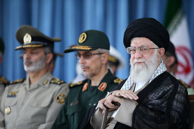 قائد الثورة الاسلامية يرعى حفل تخرج ضباط الجامعات العسكرية