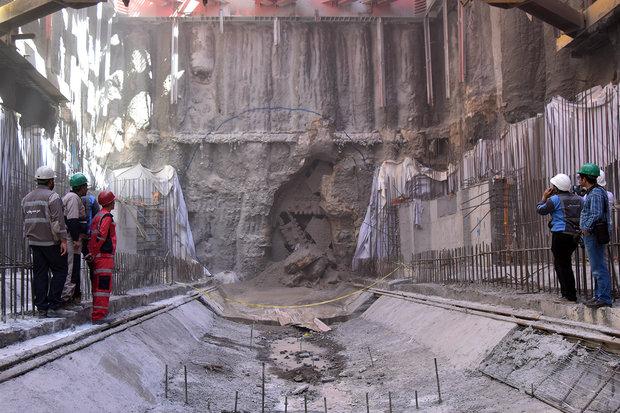 دخول ماكنة حفارة عملاقة الى باب الجواد القريبة من حرم الامام الرضا (ع)