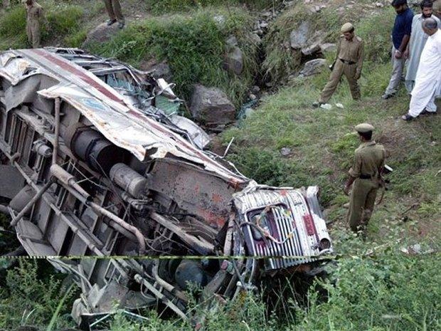 ہندوستان میں بس نہرمیں گرنے سے 25 افراد ہلاک