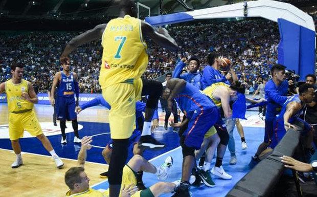 مباراة كرة السلة بين استراليا والفلبين تتحول لحلبة ملاكمة