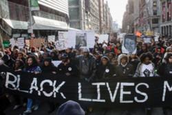 محتجون مناهضون للعنف يغلقون طريقا سريعا رئيسيا في شيكاغو