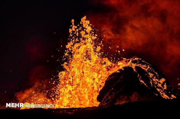 انڈو نیشیا میں آتش فشاں سے دھویں اور راکھ کا اخراج جاری