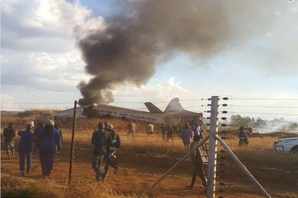 جنوبی افریقہ میں ایک جہاز گر کر تباہ