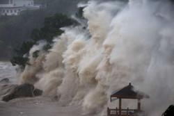 اليابان تستعد لإعصار قوي ورياح عاتية