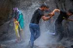 فرار از گرما - حضور مسافران تابستانی در کنار آبشار گنجنامه همدان