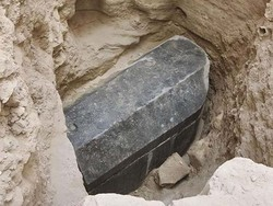 مصر میں 2 ہزار سال قدیم سیاہ پتھر کا بنا ہوا تابوت برآمد