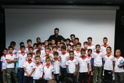 """الأطفال العمال يشاهدون نهائي مونديال 2018 مع النجم الايراني لكرة القدم """"بيرانوند""""/ صور"""