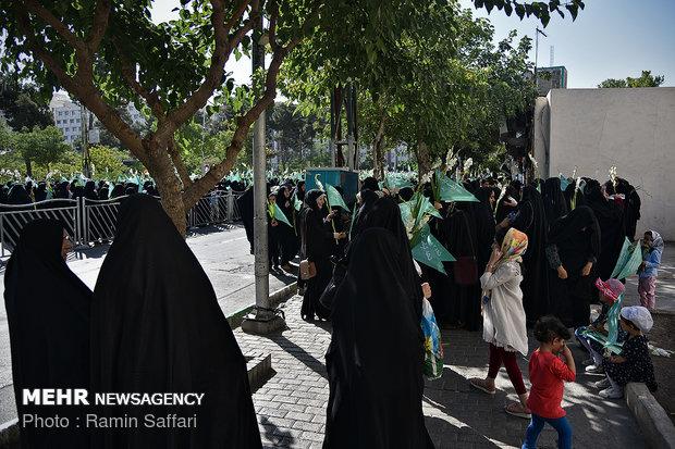 إحتشاد عشرات السيدات في حرم الامام الرضا(ع)