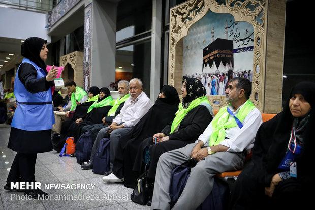 الايرانيون يودعون القافلة الأولى من الحجاج المتجهة نحو الديار المقدسة