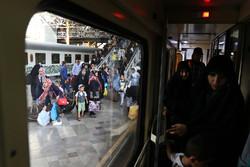مسافران سرزمین عشق در ایستگاه راه آهن