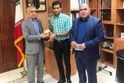 وحید امیری نشان مرد سال فوتبال ایران را دریافت کرد