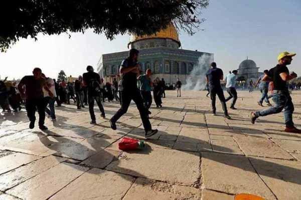 إصابة عشرات الفلسطينيين جراء إطلاق الجيش الإسرائيلي قنابل الغاز في ساحات المسجد الأقصى