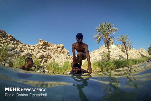 الغوص في احدى عيون محافظة هرمزكان الخلابة/صور