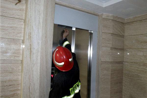 نیروهای آتشنشانی همدان ۲ گرفتار در آسانسور را نجات دادند