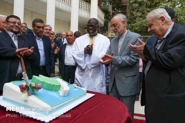 مراسم برش کیک صلح و دوستی