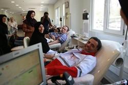 رئیس جمعیت هلال احمر خون اهدا کرد