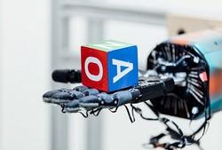 تصاویر دست رباتیکی که شبیه دست واقعی کار می کند
