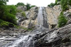 خبرنگاران آستارایی از آبشار لاتون بازدید و آن را پاکسازی کردند