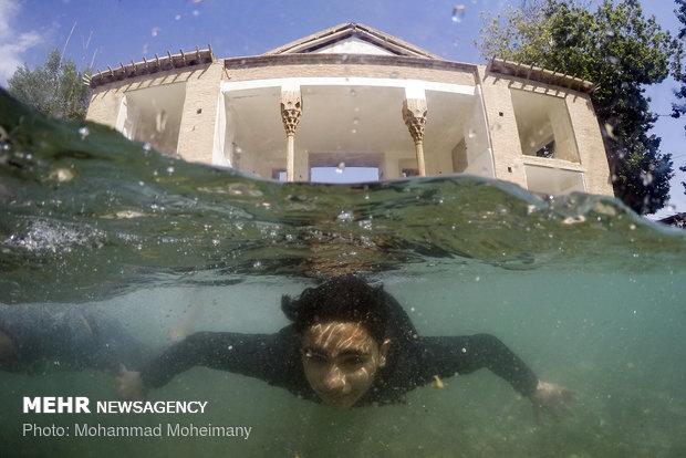 Kaçarlara ait havuzda yüzme keyfi