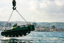 نقل الدبابات القديمة التابعة للجيش اللبناني الى قاع البحر / صور