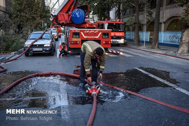 سه خودرو و یک دکه روزنامه فروشی آتش گرفتند/حادثه بدون مصدوم