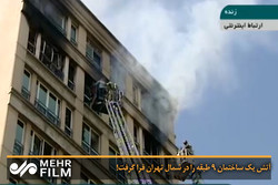 آتش یک ساختمان ۹ طبقه را در شمال تهران فرا گرفت!