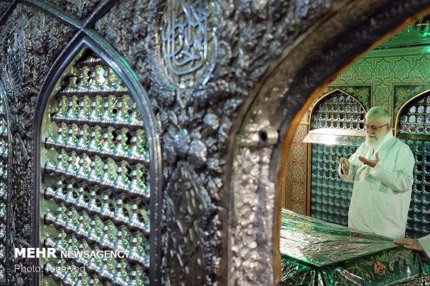 مراسم إزالة الغبار عن ضريح الإمام الرضا (ع) بحضور قائد الثورة الاسلامية