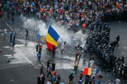 فلم/ رومانیہ میں مظاہرے کے دوران 440 افراد زخمی