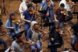 Tahran Senfoni Orkestrasıüyelerinin konser hazırlığı