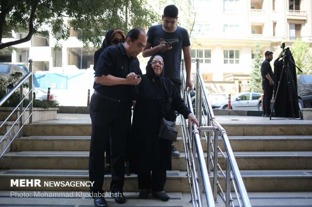 تحاشد السينمائيين الايرانيين في منزل الممثل الراحل عزت الله انتظامي