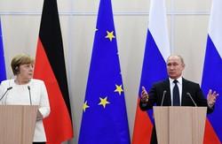 بوتين لميركل: يجب العمل على إعادة اللاجئين إلى سوريا