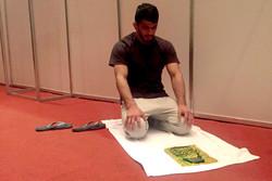 تصاویر عبادت حسن یزدانی در سالن برگزاری مسابقات کشتی