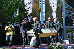 Pallbearers carry the coffin of actor Ezzatollah Entezami during his funeral in the courtyard of Tehran's Vahdat Hall on August 19, 2018. (Mehr/Maryam Kamyab)