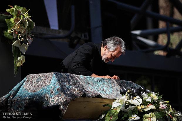 Thousands bid farewell to Ezzatollah Entezami