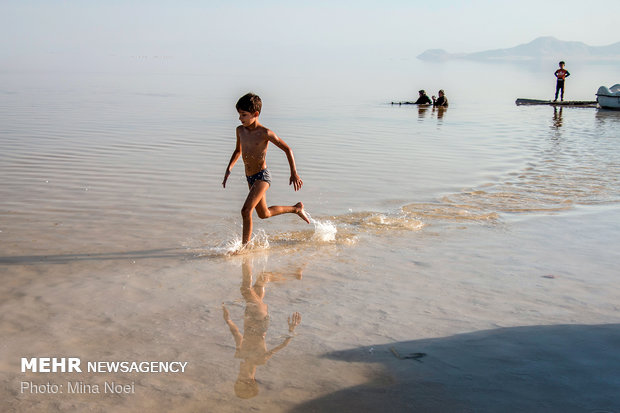 مسافران تابستLake Urmia in summer