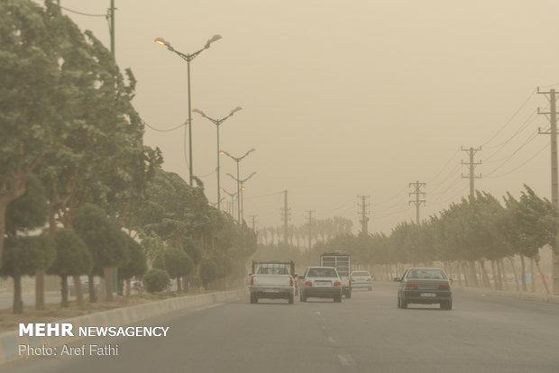 کاهش دید افقی در پی گرد و غبار شدید در محور دهلران