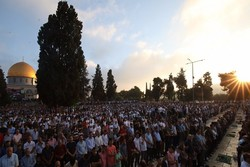 Yaklaşık 100 bin Müslüman bayram namazını Mescid-i Aksa'da kıldı