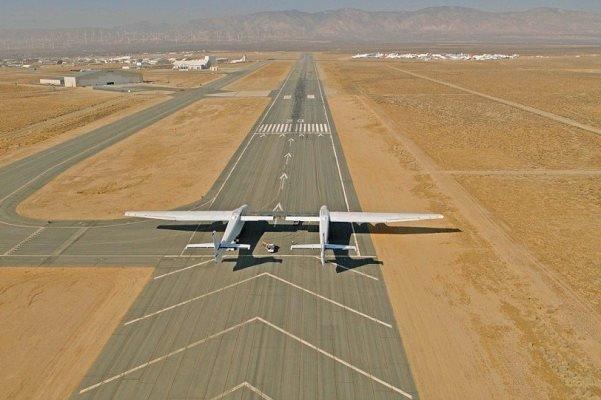 پرواز بزرگترین هواپیمای دنیا با بالهایی به بزرگی زمین فوتبال