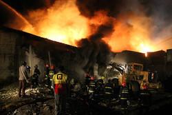 مهار آتش در کارخانه مواد شیمیایی در لیای قزوین ادامه دارد