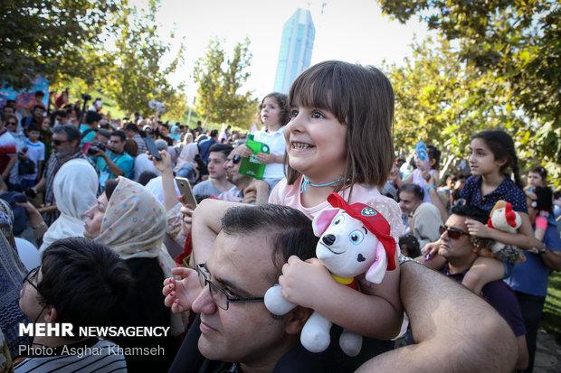شادپیمایی عروسکها در بوستان آب و آتش
