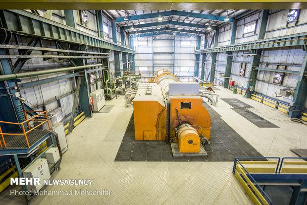 ژنراتور و توربین بخار نیروگاه سیکل ترکیبی. با ورود بخار به توربین و چرخش آن، ژنراتور که به محور توربین متصل است نیز به چرخش درآمده و توان الکتریکی مورد نیاز شبکه برق، تولید میشود. مقدار توان تولیدی با توجه به نیاز شبکهی برق، از طریق مقدار باز یا بسته بودن شیرهای بخار ورودی به توربین کنترل میشود.
