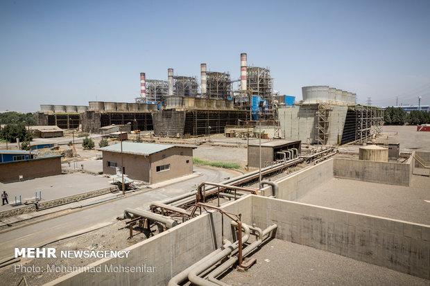 برج های خنک کاری و بویلرهای نیروگاه بخار. برجهای خنککاری در نیروگاه بخار وظیفهی تبدیل بخار خروجی از توربین به آب را دارند و بویلرها وظیفهی تبدیل آب به بخار به منظور به چرخش درآوردن توربینهای بخار را دارند.