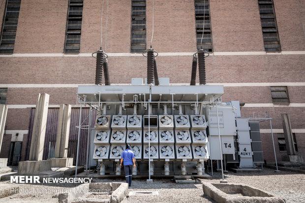 ترانسفورماتور های  افزایندهی نیروگاه بخار. ولتاژ تولیدی توسط ژنراتورها، بوسیلهی این ترانسفورماتورها که وظیفهی افزایش ولتاژ تا مقدار ولتاژ شبکهی انتقال (۲۳۰ کیلووات) را برعهده دارند، انجام میگیرد.