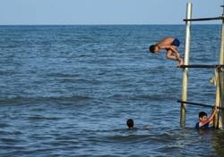 آبتنی در سواحل آستارا  تفریح گردشگران
