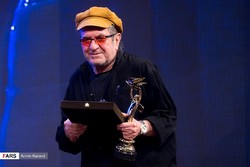 Director Dariush Mehrjui accepts an award for his lifetime achievements during at the Iran Cinema Celebration at the Iranian House of Cinema in Tehran on August 24, 2018. (Fars/Armin Karami)