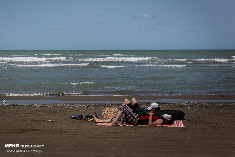 تفریح مسافران در ساحل دریای خزر