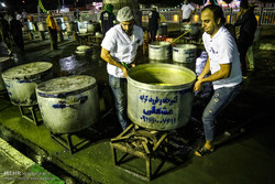 ظرفیت پخت ۱۰۰ هزار وعده غذا در آشپزخانه آستان رضوی مستقر در مهران