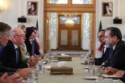"""عراقجي يستقبل وزير الدولة البريطاني """"أليستر بيرت"""" في طهران /صور"""