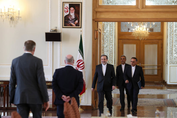 """عراقجي يستقبل ووزير الدولة البريطاني """"أليستر بيرت"""" في طهران"""